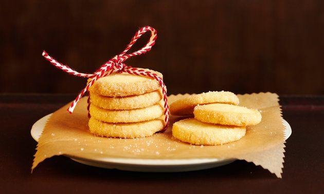 Sablés gehören zu den ganz einfachen Weihnachtsguetzli. Unsere Teig-Rollen werden vor dem Gang in den Ofen noch mit einer Zucker-Ei-Glasur verfeinert.