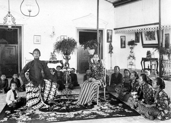 Prins Poerbojo is de latere Sultan Hamengku Buwana VIII. Links op de grond zit zijn dochter de latere Ratu Pembayun. Het huis is op Sompilan 12, Ngasem, Yogyakarta. Haar zonen bewonen anno 2008 het huis.. Prins Poerbojo en echtgenote, Yogyakarta.