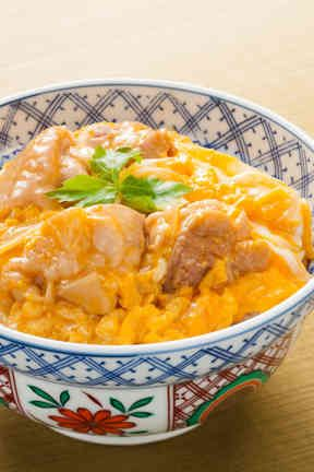 Oyakodon - Japanese Rice bowl topped with chicken and fluffy egg 親子丼