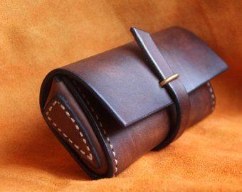 Welkom in mijn winkel! Alle items zijn ontworpen en handgemaakt door mijzelf. De goederen zijn gemaakt van echte koe leer. Ze wil leeftijd en beurt prachtig.  Hand gestikt leer bril zaak Het is een eenvoudige mouw ontwerp en werkelijk makkelijk te gebruiken.  Materiaal: 100% echte koe lederen  Maat: L * W * H: 17 * 6.5 cm * 5 cm (6,7* 2,5 * 2) De grootte kan worden aangepast voor uw bril   Opmerking:  Betaling: PayPal USD alleen geaccepteerd  vThanks erg bedankt voor uw bezoek! :-) S