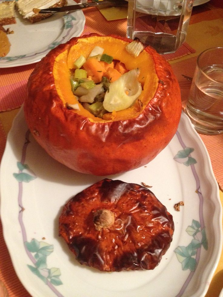Mit Gemüse gefüllter Hokkaido im Backofen gegart