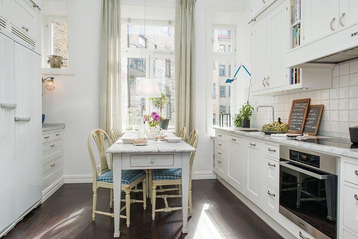 Trevligt sällskapskök med plats för matbord