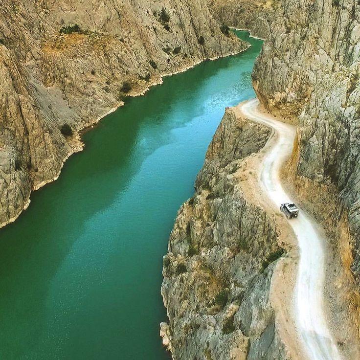 Avrupa'da Alpler, ABD'de Grand Kanyon'da görebileceğiniz Karanlık Kanyonun Türkiye'deki tek adresi elbette Erzincan… Doğa Sporları Offroad Çekimleri #photooftheday #view #turkey #offroad #mountains #grand #nationaldogday #travel #travelphotography #traveling #lifestyle #gulumseaska #hayatakarken #trekking #anadolu #aniyakala #gununkaresi #mountaineer #ig_today #ig_cyprus_ #kemaliye #jeep #erzincan #picoftheday #birkarehayat #extreme #trtavaz #aşkileyap #naturephotography