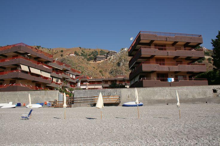 casa in affitto complesso Blue Holidey, direttamente sul mare, spiaggia con illuminazione, ombrelloni e docce riservate.
