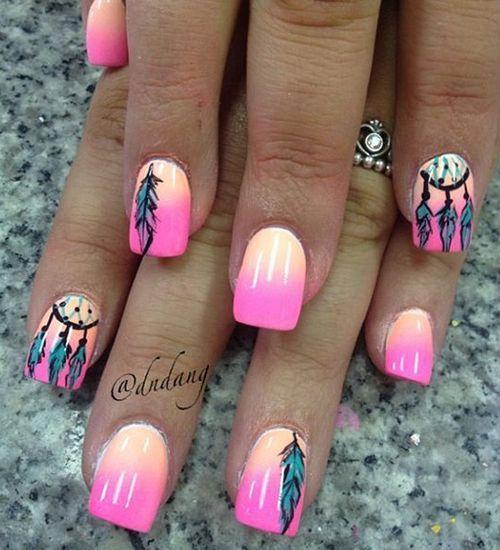 Uñas decoradas con degradados de color en salmón y rosa neon, decoradas con plumas y atrapa sueños