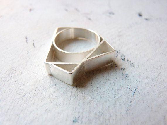 O attraversamenti, in un insieme di righe in grassetto con ispirazione geometrica.  Anello realizzato in argento, disponibile in tre diverse finiture: