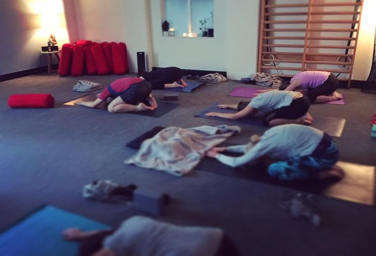 Can anyone else feel the warmth coming from this beautiful class of yoga lovers? We sure can!  . . Come bundle yourself up this week at The Yoga Lounge CBD and Hot Yoga Thorndon for early/mid morning lunchtime and evening classes! You'll definitely leave feeling a little more cozy relaxed and hopefully a bit less frozen  . . #yogaeveryday #balasana #childspose #inversions #yogapose #asana #yogapractice #yoganz #wellingtonyoga #hathayoga #wellingtonlive #wellingtonfitness #wellingtonhealth…