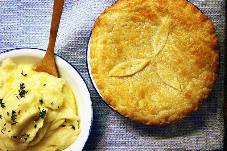 Oversat til dansk: Kyllingetærte med sprødt låg og mos af kartofler. Retten fik vi første gang i Skotland på et lille sted i Edinburgh, der levede op til alle stereotype forestillinger om en hip pu…