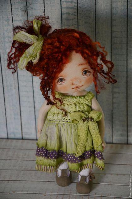 Купить или заказать Рыжая Соня в интернет-магазине на Ярмарке Мастеров. Рыжая Соня создавалась для одной прелестной рыженькой девчушки)) Авторская текстильная куколка, созданная по моей выкройке.Ручки ножки подвижные, головка поворачивается, тело грунтованное, куколка может сидеть и стоять. Личико расписано вручную, без использования шаблонов, волосы-натуральные овечьи кудри , окрашенные.Прически можно аккуратно менять.