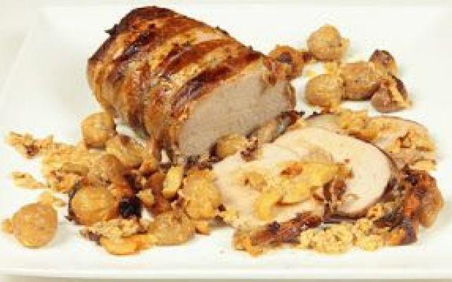 ...Arrosto di maiale con castagne!!!!! Prendete la lonza di maiale; avvolgetela con fettine sottili di lardo e legatela con spago da cucina. Mettetelo in casseruola di terracotta con il finocchio selvatico, l'aglio, l'alloro, il latte, i #arrosto #castagne #maiale
