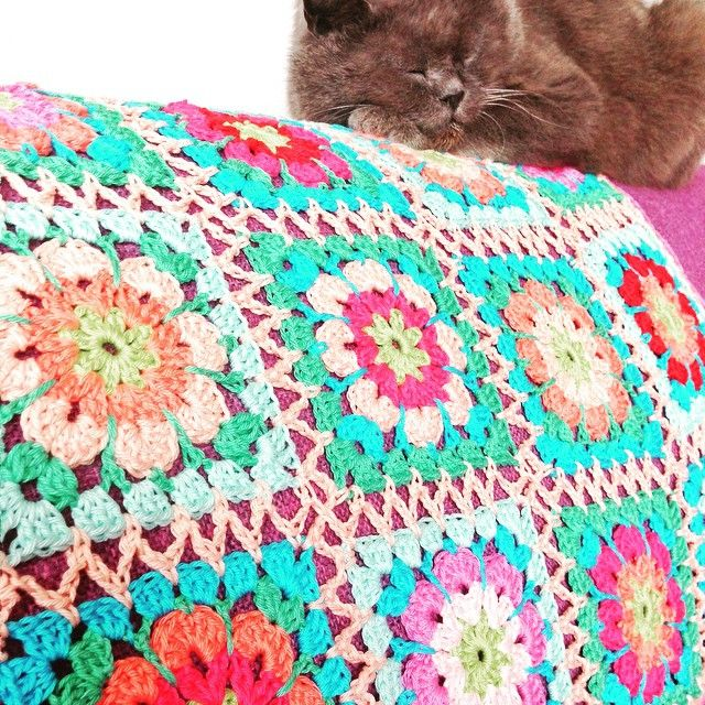 Ik kreeg het boek haken en kleur buiten in een kraammand! Wat ik eruit ga haken? Nou, alles!!!!! Te beginnen met een babydekentje voor Lotte die thuis is en groeit als kool❤️ #hakenenmeer #hakenenkleurbuiten #haken #hekle #häkeln #hakeniship #virka #color #crochet #crochetcolor #crochetaddict #crochetbabyblanket #crochetersofinstagram