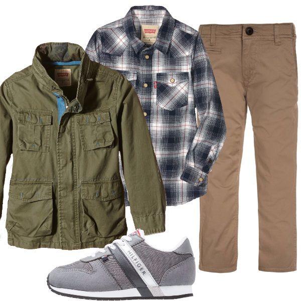 Chino's griffati, abbinati alla camicia da boscaiolo e la giacca stile militare con scritta sulle spalle, sneakers firmate, un abbinamento un po' diverso dal solito.