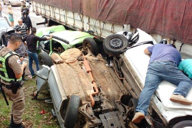 URGENTE: Carreta desgovernada atinge mais de 20 carros na BR-356 em BH