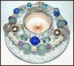www.designverkstad.se: Dekorera med pärlor. Pärlor kan användas till mycket. Både smycken, att sy på kläder, kuddar och annat broderi. Men också till att pryda ljusstakar, krukor till växter och annat kreativt.
