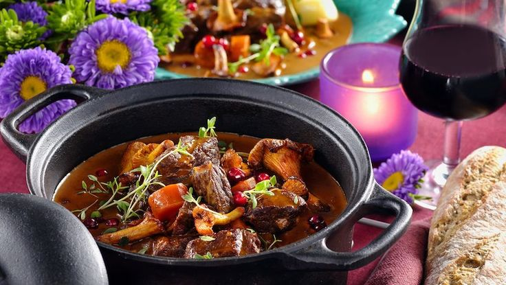 Hösten är grytornas tid! Härligt smakrik blir den här köttgrytan kryddad med enbär och toppad med nystekta kantareller och lingon.