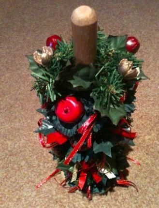 Aquele suporte de madeira para papel toalha pode virar outra árvore de natal, basta enrolar um festão verde e incrementar com lacinhos e pingentes http://vilamulher.terra.com.br/artesanato/galeria-de-ideias/decoracao-de-natal-com-itens-basicos-17-1-7886462-281.html #DIY #xtimas #natal #christmas