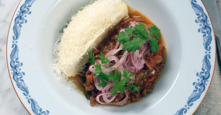 Mustig gryta på lammfärs, tomat och vitt vin. Servera med len rotsellerikräm, picklad rödlök och mycket parmesan. Perfekt bjudmat!