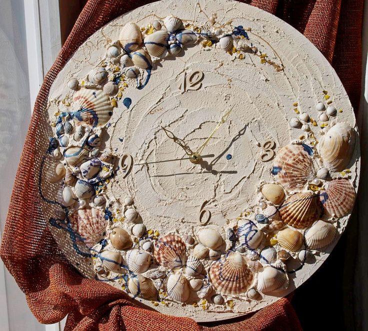и еще про море, солнце, песок и ракушки :)) мне тут муж анекдот рассказал...как бы намек.. - Бэрримор, что это за вой на болотах? - Вы так и не свозили свою бабу на море, сэр.  поэтому пляжная жизнь сейчас только в часах)) #часы #часынастенные #морскиечасы #часысракушками #ракушки #море #артобъект #дизайнстен #дизайнквартиры