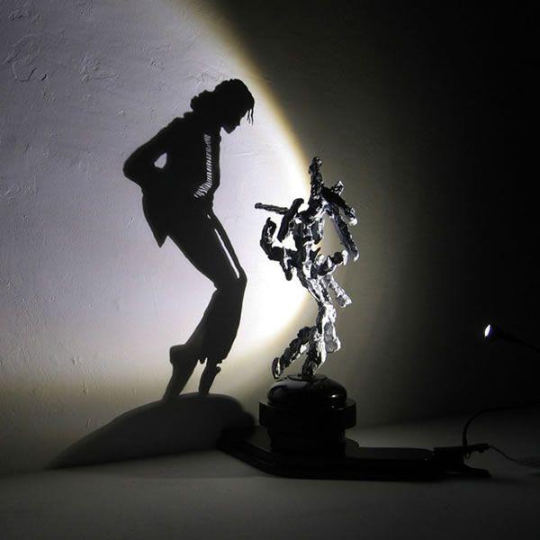 11. Cambio de perspectiva:  Escultura realizada por Diet Wiegman, artista holandés que sabe traer este recurso retórico perfectamente. Él combina la escultura con la luz para crear sombras totalmente diferentes.  Como podemos ver, la sombra que proyecta esta escultura es ni más ni menos que la del grandísimo artista ya fallecido, Michael Jackson. Debo decir que me encanta esté tipo de esculturas.