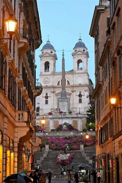 Vista de la escalera y la iglesia de Trinità dei Monti, en Piazza di Spagna #plazadeespana. Foto tomada de la calle Condotti www.quieroitalia.com/roma.asp