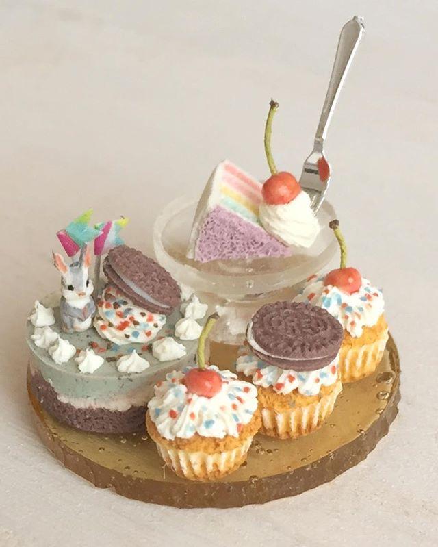 こちらはグレーうさぎとチョコミントのムースセット。レインボーケーキの切れ端は高々と王座のポジションです。こちらもヤフオク出品します(^ω^)#ミニチュアフード#ミニチュア#ドールハウス#ハンドメイド#食品サンプル#カップケーキ#オレオ#樹脂粘土#粘土#チョコミント#miniaturefood #miniature#dollhouse #polymerclay #clay #handmade #cupcakes #oreo