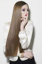 Lange glatte Haare mit exakt geschnittenen Spitzen