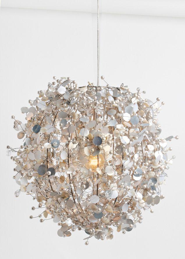 De Colorique hanglamp Pearl heeft een doorsnede van 28 cm. Deze lamp heeft een frisse, lichte look doordat er veel met wit is gewerkt. De lamp heeft een ronde vorm en is rijkelijk behangen met parels en pailletten. Hierdoor krijg je een schitterend en sprankelt licht dat de hele kinderkamer goed verlicht. Bij deze Colorique hanglamp Pearl sturen wij gratis een snoerpendel mee. Dat maakt het wel zo makkelijk en kan je snel genieten van je nieuwe lamp voor je kindje.Kleur