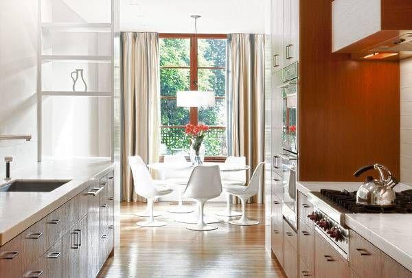 Длинные шторы цвета металлик на кухне
