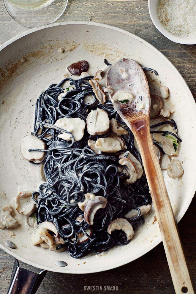 Spaghetti al nero di seppia con sugo ai porcini e porcini.