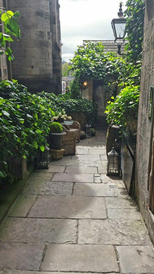 En mysig innergård längs The Royal Mile