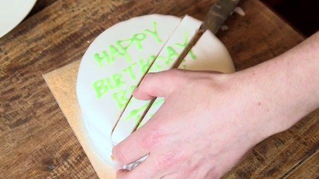 Domácí potahovací hmota na dort ze sušeného mléka, moučkového cukru,bílku a mandlové aroma