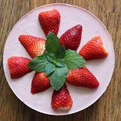 Jahodový RAW dort - Další vynikající jahůdkový RAW dortík je tu. Recept je opět jednoduchý. V tomto receptu je velmi důležitá kvalita surovin, ale to dnes ví už každý. :)