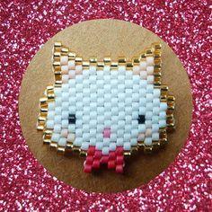 P'tit chat!  Il était envieux du noeud-noeud de Pinpinette, j'ai donc remédié à cela, @fannyandbarry! Qu'en penses-tu?  #littlecat #chat #cat #noeud #noeudpapillon #bow #paillettes #or #rose #gold #pink #miyuki #miyukibeads #beads #brickstitch #jenfiledesperlesetjassume #motiffannyandbarry