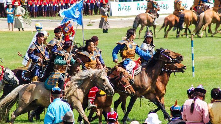 La fête nationale de Naadam - Se déroulant les 11 et 12 juillet à Oulan-Bator, cette fête célèbre l'indépendance de la Mongolie vis-à-vis de la Chine. A cette occasion, des rencontres sont organisées dans quatre sports traditionnels : la course de chevaux, la lutte, le tir à l'arc et le jet d'osselets.