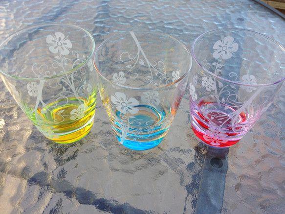 イタリア製のカラーグラスにサンドブラスト技法により一つ一つ手作業でデザインを彫刻しています。3色写っていますが黄色グラスの販売です。【サイズ】口径  8cm高さ  9.5cm容量  225ml