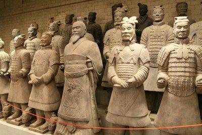 «Терракотовая армия» стала туристической приманкой и визитной карточкой Китая. Дата ее открытия зафиксирована точно: 29 марта 1974 года. С тех пор целая серия ошеломительных открытий буквально потрясла археологическое сообщество всего мира. Было чему удивиться и современным медицинским специалистам, обратившим внимание на то, что каждая терракотовая статуя неповторима и передает мельчайшие подробности человека, которому была посвящена, являясь, по сути, его трехмерным скульптурным портретом…