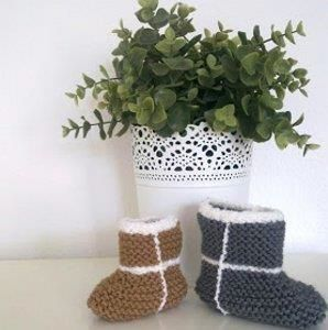 Knitting patterns booties is a must knitted accesory for our little ones.Winter is coming and we need to keep our babys feet warm and cozy. #knitting #patterns | www.housewiveshobbies.com |