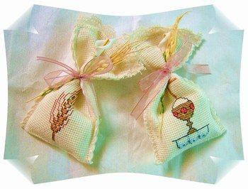 bomboniera comunione ,sacchettina in tela aiuda ricamati a mano con simboli comunione