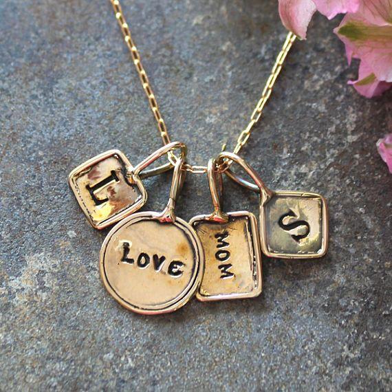 Collar de oro con encantos iniciales estampadas.  Baratija