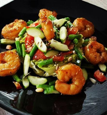 Super snel een makkelijk gerecht met garnalen, knapperige groente en romige avocado. Binnen 20 minuten staat dit heerlijke gerecht op tafel.