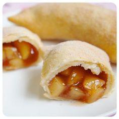 Tortinha de maçã. INGREDIENTES PARA A MASSA 1 e 1/2 xícara (chá) de FARINHA DE TRIGO 1/3 xícara (chá) de MANTEIGA em temperatura ambiente 1 colher (chá) rasa de FERMENTO QUÍMICO EM PÓ 5 colheres (sopa) de ÁGUA 1 pitada de SAL 1 pitada de AÇÚCAR