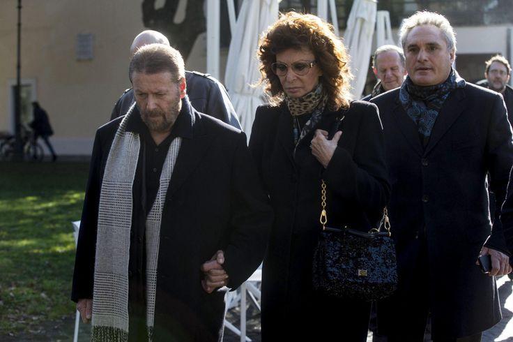 """ADIOS A ETORE SCOLA. La actriz italiana Sophia Loren a su llegada a la Casa del Cine donde se ha instalado la capilla ardiente del cineasta italiano Ettore Scola en Roma, Italia, quien falleció a los 84 años para participar en la """"fiesta"""" de adiós que el director quería que se convirtiese su funeral. (EFE)"""