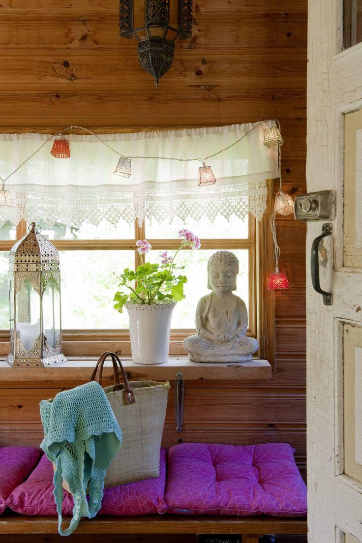Buddha-patsas, koristeellinen lyhty ja värivalot luovat kapeaan eteiseen itämaista tunnelmaa.