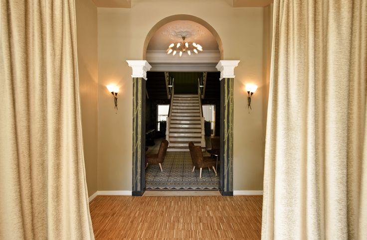 """Unsere Stoffe passen super in den opulenten Eingangsbereich im """"Vintage"""". #vintage #emsdetten #drapilux #retro #bar #akustik"""