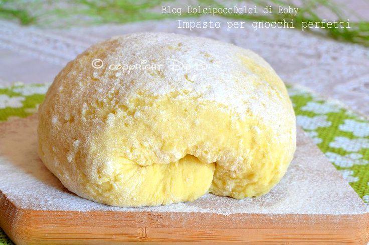 Impasto per gnocchi perfetti con purè di patate del giorno prima, uova e farina! Si può preparare in anticipo o all'ultimo momento in 5 minuti. Mai più gnocchi troppo sodi o troppo morbidi, con questo impasto la riuscita è assicurata..QUI la Ricetta http://blog.giallozafferano.it/dolcipocodolci/impasto-per-gnocchi-perfetti/
