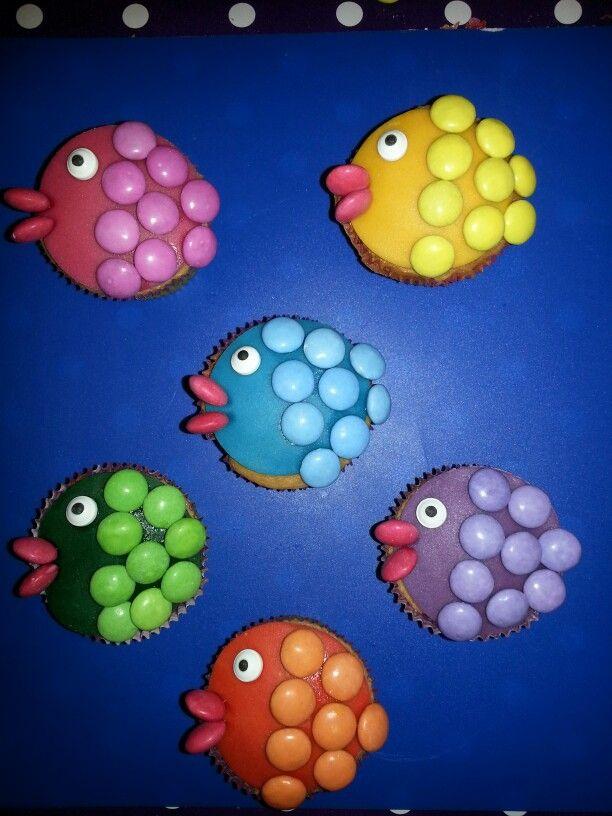 Vissen cupcakes met marsepein en smarties in plaats van cupcakes kun je natuurlijk ook roze koeken gebruiken en smarties vastplakken met suikerwater.....