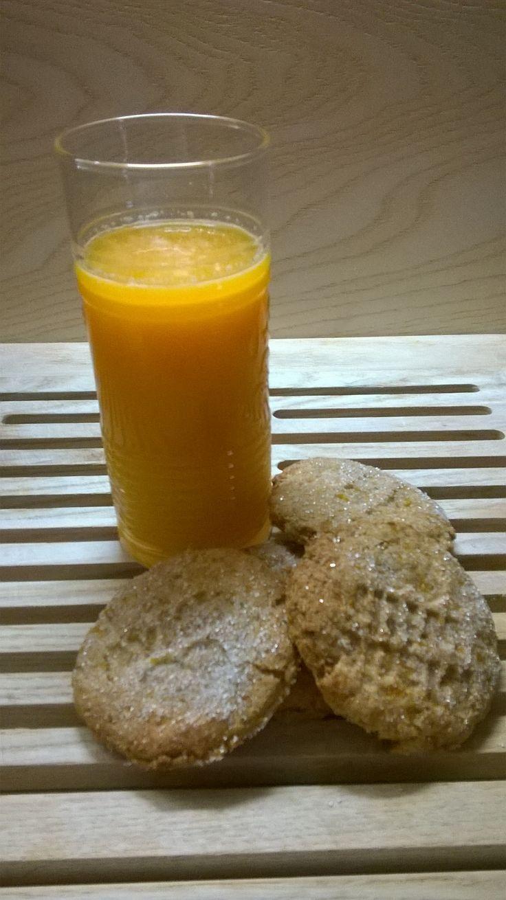 Healthy breakfast: succo estratto da 1 pesca, 2 carote, 1 cetriolo, 2 fette meloncino, 1 pezzo limone con la buccia, 1 pezzo zenzero (3 porzioni). Eco Biscotti preparati con lo scarto del centrifugato (200gr) mescolato a 300 Gr di farina integrale, 4 cucchiai miele, 3 cucchiai di olio d oliva, 2 cucchiai zucchero di canna, 1 pizzico di sale. Mescolare tutti gli ingredienti -tranne lo zucchero- fino ad avere un impasto liscio. Formare delle palline e schiacciatele su una teglia rivestita con…