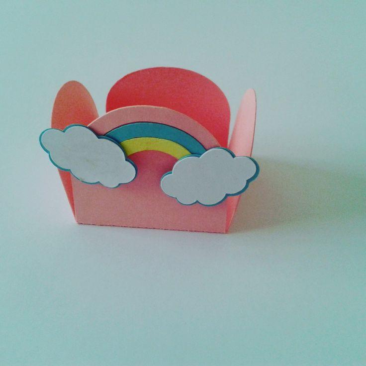 Forminha arco iris para docinhos Feito em papel 180f com os detalhes em recorte de papel em forma de nuvens e arco íris. Fazemos em outras cores e tema Formato da forminha montada Altura: 2.50 cm Largura: 4.00 cm Antes de comprar tire todas as dúvidas com o vendedor. *As forminha serão env...