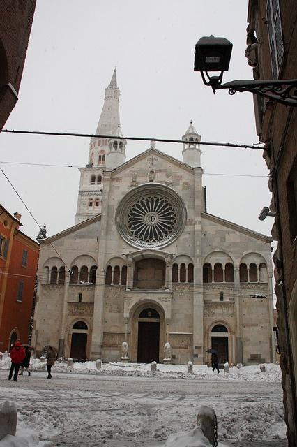 Duomo di Modena in bianco @comunemodena by Turismo Emilia Romagna, via Flickr