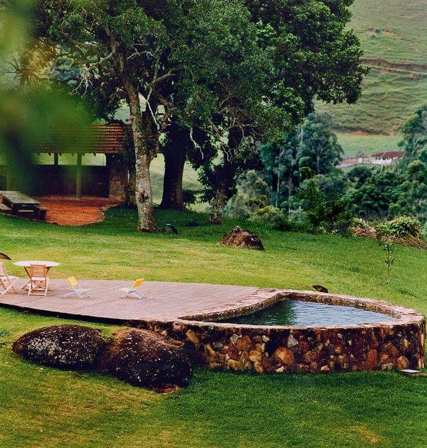 Piscina natural   Com estrutura de pedras recolhidas no terreno, a construção tem forma orgânica e recebe água corrente de nascente (Foto: Marco Antonio/Editora Globo)